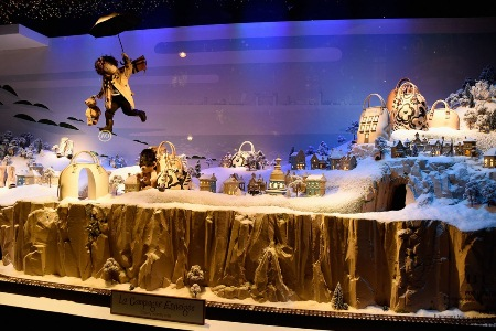 Christmas-Store-Window-Display-08